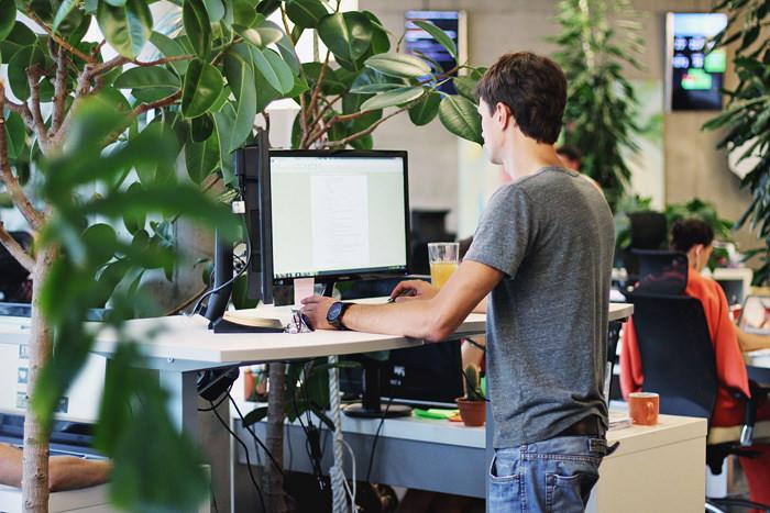 Chiếc bàn làm việc đứng trong văn phòng startup
