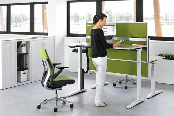 Đổi tư thế làm việc từ ngồi sang đứng để tốt cho sức khỏe